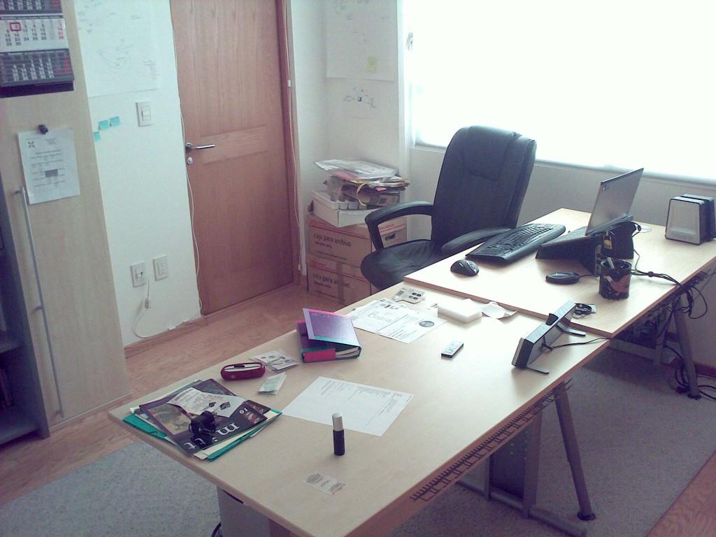 Foto del escritorio antes de la organización